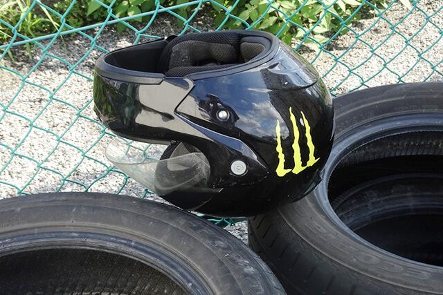 黒のヘルメット